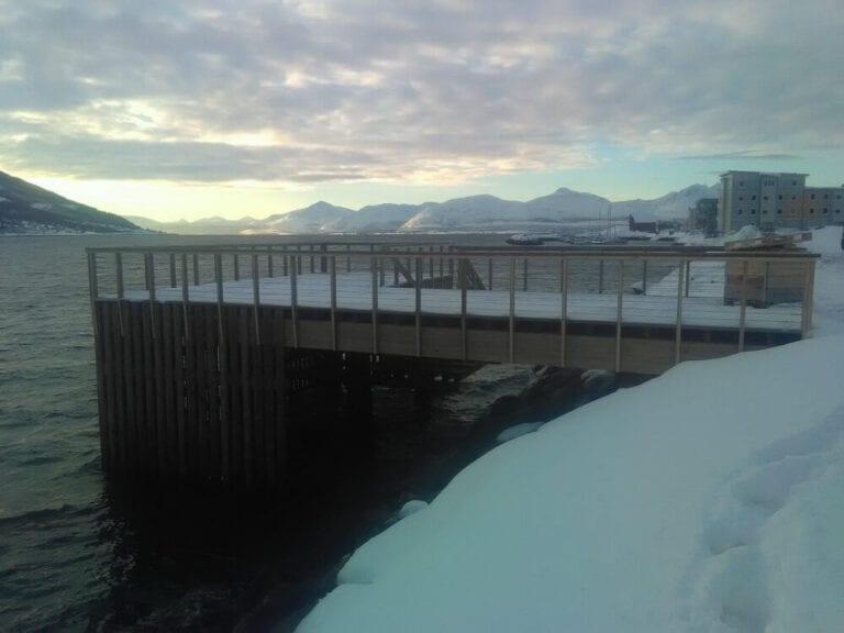 Kai Bjerkaker med snø ved siden av