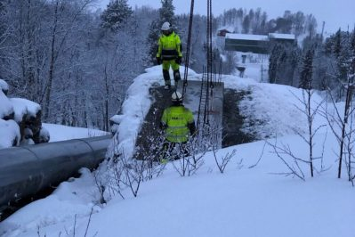 Arbeidere som arbeider med broen