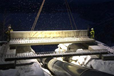Arbeid med broen i mørket med et lys