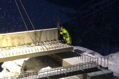En person som arbeider med broen i mørket med et lys