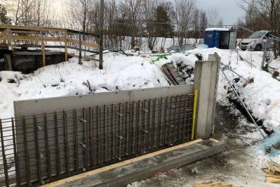 Arbeid med dam i snø